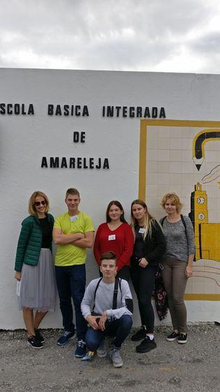 Mūsu grupa pie Amarelejas skolas