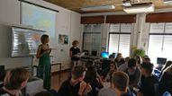 Skolotājas vada stundu starptautiskai skolēnu grupai