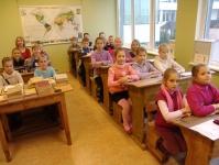 2. klase dodas ekskursijā uz novadpētniecības muzeju un glītrakstīšanas stunda senajā klasē